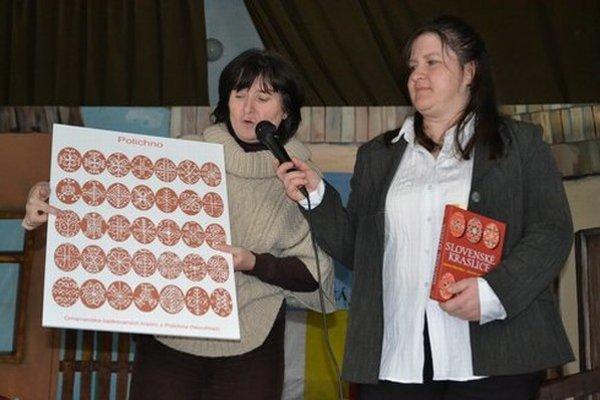 Emília Mázorová (vľavo) predstavila vzory na nedávnych páračkách v Polichne.