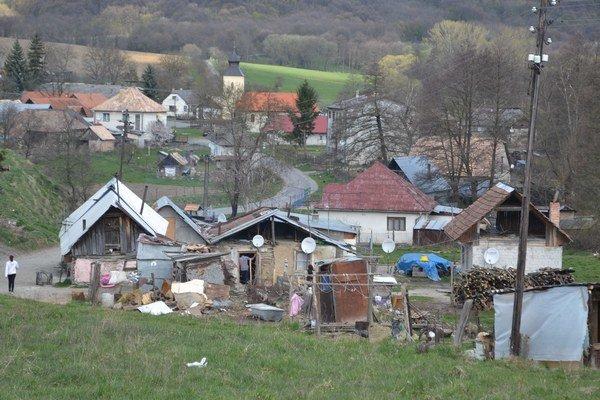 V osade majú iba dva domy súpisné číslo.