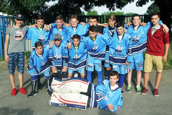 Starší žiaci Dynamax Nitra vyhrali finále kategórie U15 po nájazdoch a získali víťaznú trofej.
