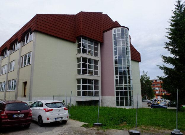 Pavilón B žiarskej nemocnice svojmu účelu nikdy neslúžil. S jeho výstavbou začali v roku 1991, posledné úpravy sa udiali v roku 2003. Odvtedy nemá využitie.