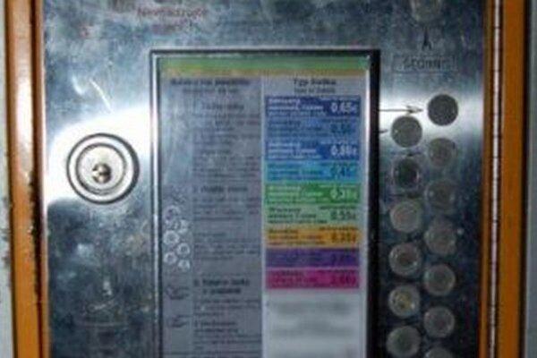 Obvinení poškodili na autobusovej zastávke automat na vydávanie lístkov mestskej hromadnej dopravy.