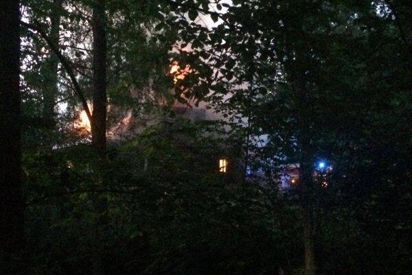 Drevenicu, ktorá v minulosti patrila polícii, zachvátil dnes ráno požiar.