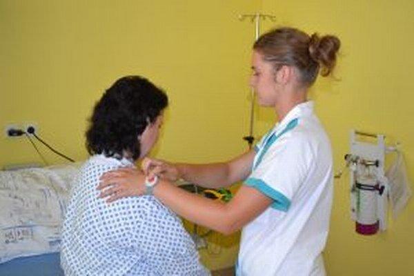 V niektorých nemocniciach na Morave nosia zdravotné sestry bezpečnostné náramky.