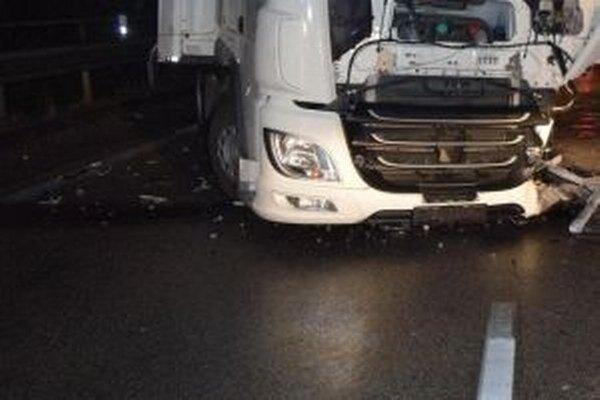 Polícia vyšetruje okolnosti dopravnej nehody, pri ktorej vyhasol život 54-ročnej vodičky z Českej republiky.