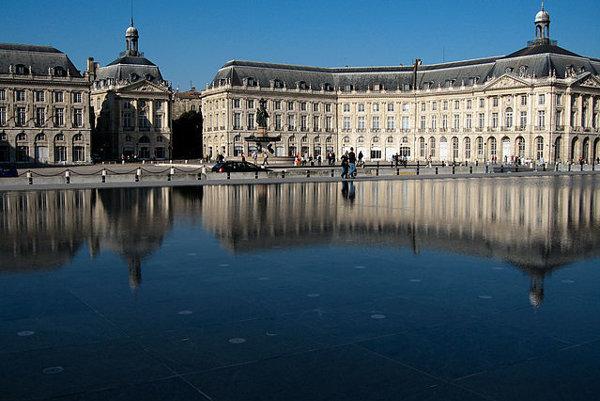 Jednou z atrakcií Bordeaux je zrkadliace sa Námestie Bourse.