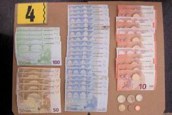 Muž zo zásuvky pod pokladňou odcudzil igelitové vrecko s hotovosťou 1 155 €.