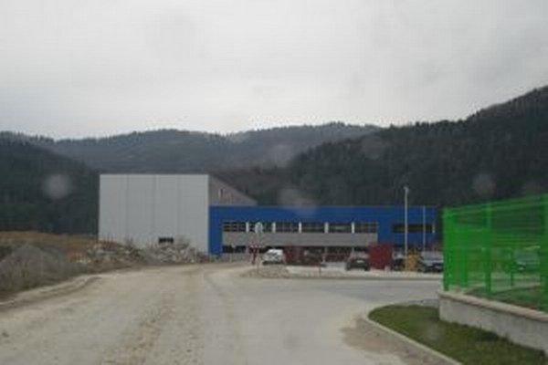 Práce na výstavbe nového závodu na výrobu plastových odliatkov a protihlukového materiálu pre automobilový priemysel sú v plnom prúde.