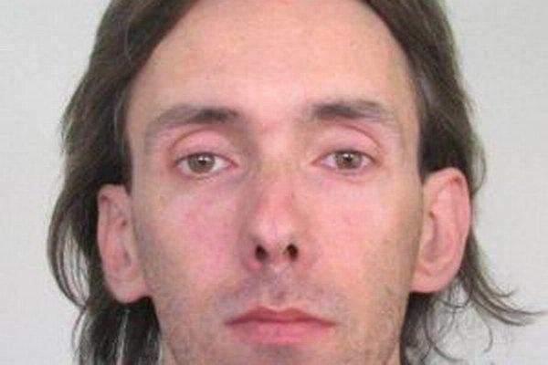 Na hľadaného 36-ročného Pavla Žáka vydal Okresný súd v Žiline príkaz na zatknutie pre zločin skrátenia dane a poistného.