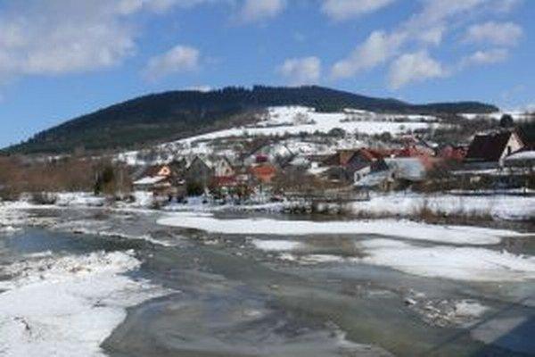 V marci 2012 bolo v Povine  ohrozených povodňou 13 domov. Dôvodom boli ľadochody na rieke Kysuca.