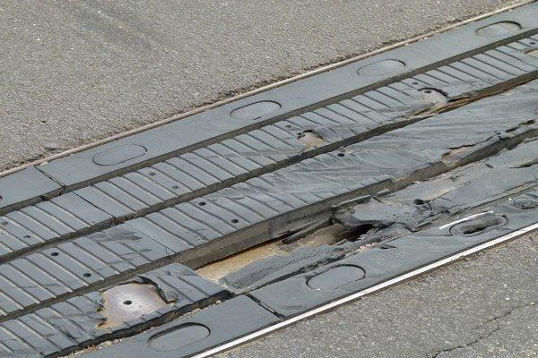 Na poškodených mostných uzáveroch chýbajú dielce.