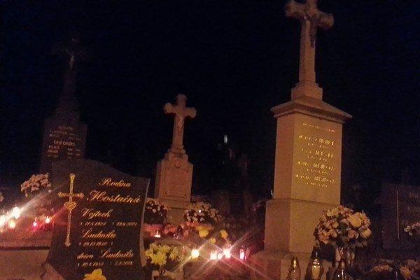 Už tradične sa na cintorínoch kradnú kahance či kvety, tentoraz si zlodej odniesol náhrobný kameň.