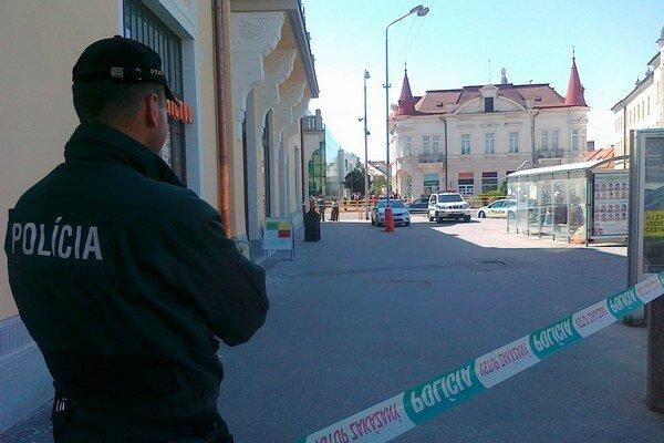 Policajná akcia v strede Levíc dnes napoludnie.