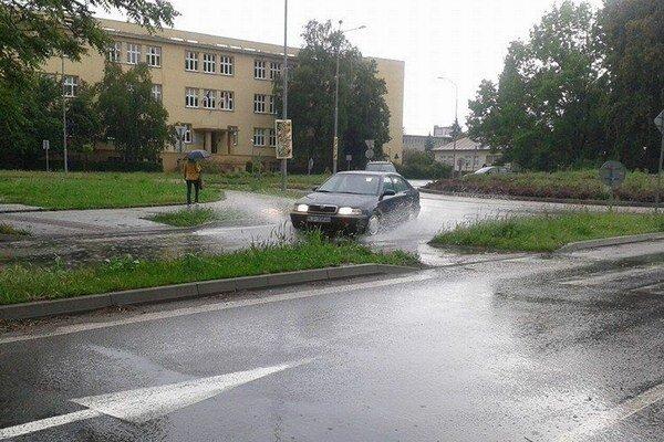 Jeden z nahlásených problémov sa týkal sústavne zaplavovanej cesty na kruhovom objazde pred gymnáziom. Keďže cestu nespravuje radnica, na riešenie ho postúpila správcovi cesty.