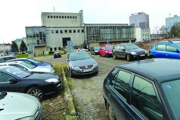 Od 1. februára bude bezplatné parkovisko za DK Družba zatvorené.