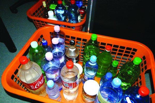 Vodu zo studní je potrebné hygienikom doniesť na vyšetrenie vo fľašiach.