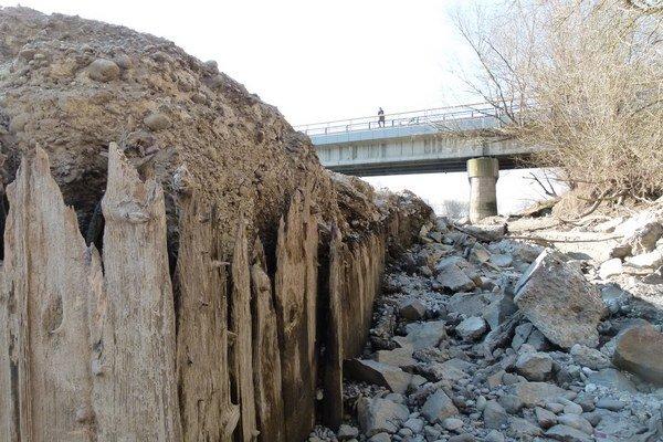 Drevené debnenie piliera vydržalo vo vode 70 rokov.