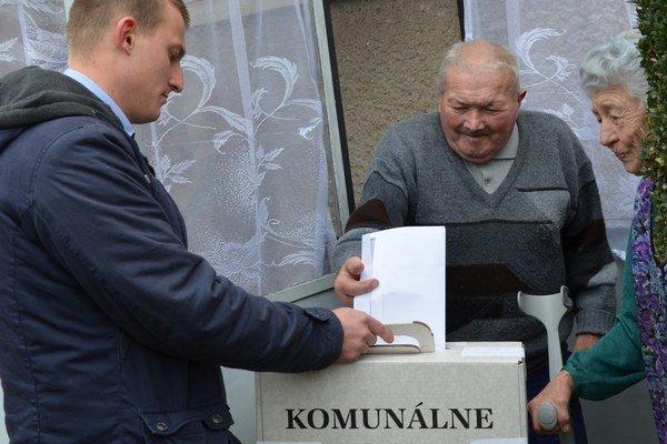 Starší volili do prenosnej hlasovacej schránky.