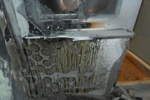 V paneláku v Kalnej nad Hronom zhorel balkón od zábavnej pyrotechniky.