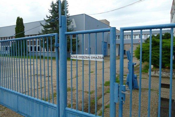 Závod na plnenie minerálky do fliaš v Slatine je zatvorený.