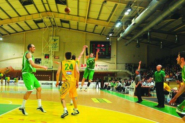 Levickí basketbalisti sa stali v máji 2011 majstrami. Krátko nato eseročka, ktorá klub riadila, prestala platiť za prenájom športoviska a kancelárie.