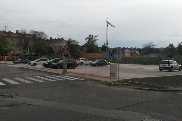 S otvorením parkoviska sa zmenilo parkovanie na uliciach v jeho okolí.