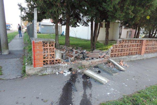 V Šahách vyšiel 22-ročný vodič pod vplyvom alkoholu s Fabiou mimo cestu a narazil do oplotenia bytovky.