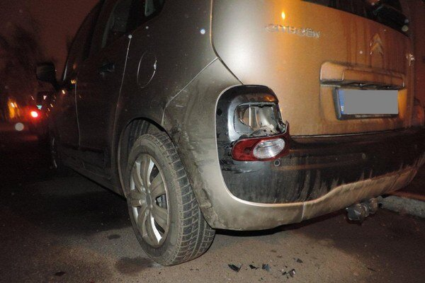 Vodič na parkovisku na Vajanského ulici poškodil iné auto a odišiel. Polícia ho vypátrala, podľa novely zákona ho teraz čaká trest.