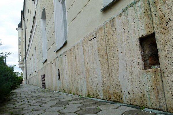 Z Mestského úradu v Leviciach zmizlo sedem medených mriežok.