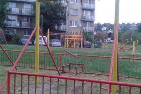 Ihrisko na sídlisku Stred v Šahách zničili vandali. Teraz ho opravili.