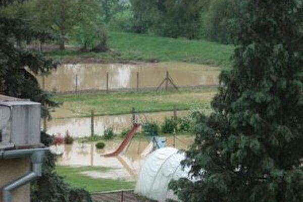 Voda v Tupej zaplavila záhrady.