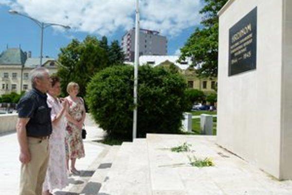 Rodina seržanta Michaila Golubeva precestovala tisícky kilometrov, aby po takmer 70 rokoch hľadala miesto jeho posledného odpočinku. Pamiatku padlých si uctili na levickom námestí.