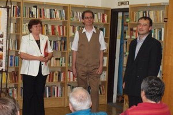 Peter Pleva (v strede) na vernisáži svojej výstavy.