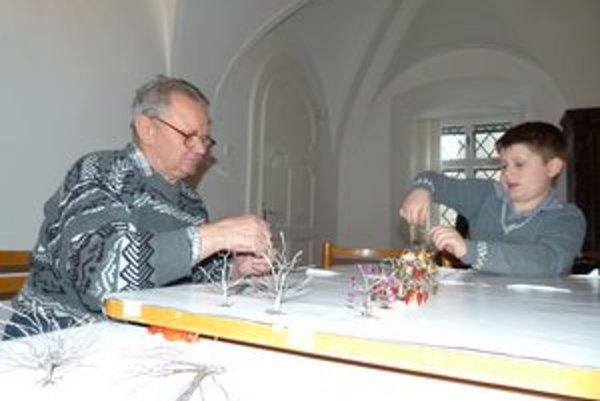Stromčeky z drôtu učil J. Lipták vyrábať na tvorivých dielňach.