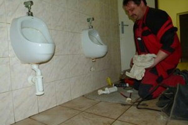 Minulý týždeň volali údržbára do mužského WC na prízemí, kde ktosi odkopol sifón.