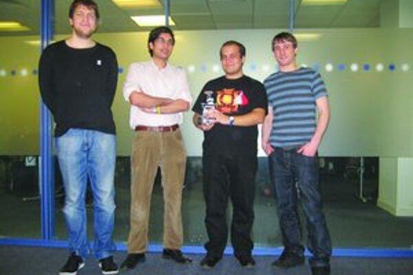 Na kurze robotiky počas štúdia v Londýne skonštruoval Tomáš Chrien (prvý zľava) spolu so spolužiakmi robota.