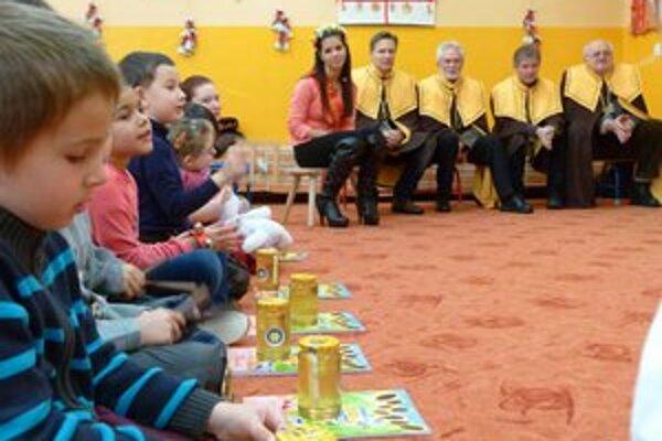 Medoví rytieri rozdali škôlkarom a školákom v Leviciach med.