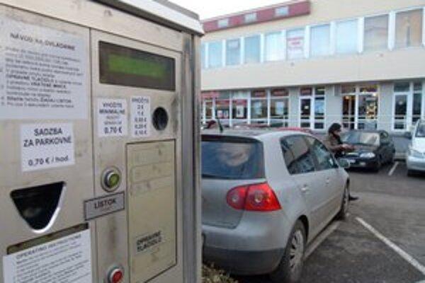 Od 1. januára zaplatia motoristi v centre Levíc o dvadsať centov viac.