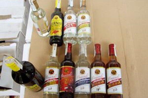 Colníkom sa nepozdávali etikety na fľašiach, polícia ich zaistila.