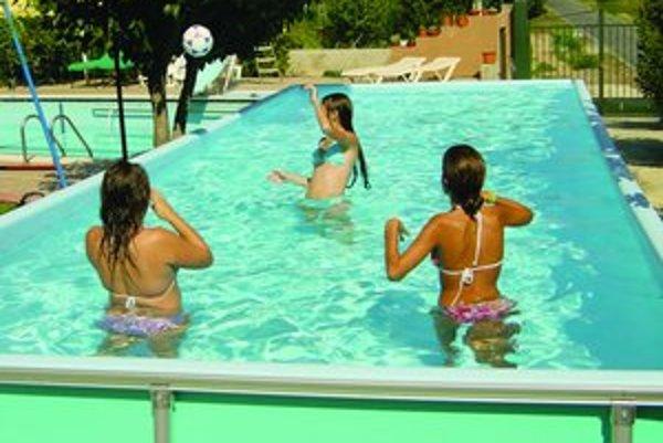 Levičania si môžu bazény napustiť zdarma. Vodu im dovezie v cisterne vodárenská spoločnosť.