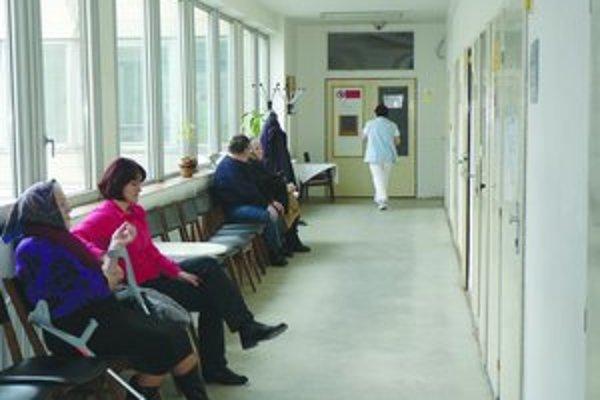 Zdravotné sestry by v týchto dňoch mali na výplatných páskach vidieť vyššiu sumu. Zvýšenie platov im garantuje zákon.