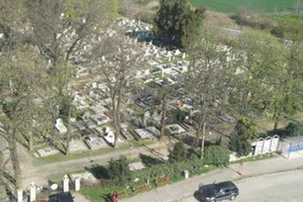 Mestský cintorín v Leviciach v noci zamkýnajú. Sledovaný je tiež bezpečnostnou kamerou.