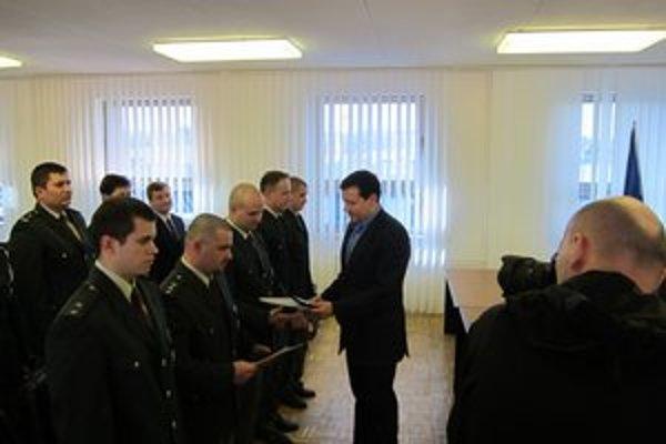Ocenení policajti zo Želiezoviec a Šale.