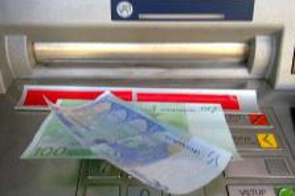 O podvod sa zlodeji pokúsili prostredníctvom kovovej lišty. Peniaze sa na ňu prilepili.