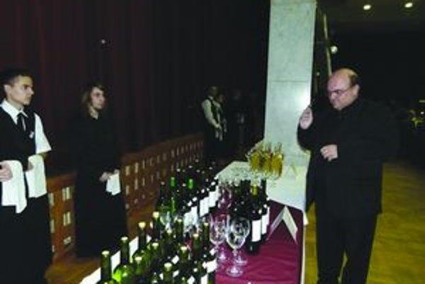 Mladé vína posvätil rímskokatolícky kňaz.
