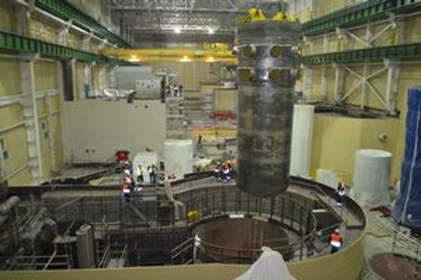 V Mochovciach osadili tlakovú nádobu reaktora.