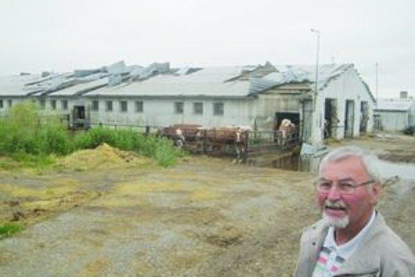 Poľnohospodári vo Veľkých Ludinciach žatvu do dažďov stihli, smršť im ale zničila maštale aj sklady s obilím.