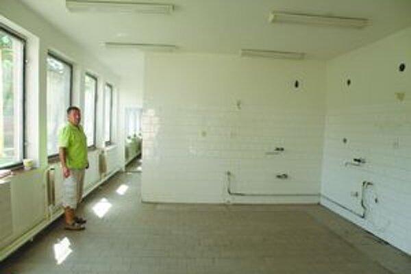 V týchto priestoroch v Šahách bude školský kadernícky salón.