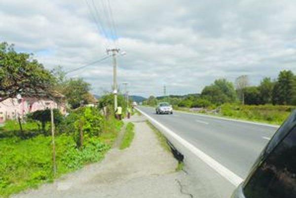 Chodiť okolo osady Domky pri Kozárovciach nie je pre vodičov stále bezpečné.