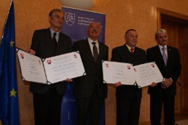 Ocenení laureáti. (Zľava)Csaba Gy. Kiss, János Mártonyi, Alexander Berek a Mikuláš Dzurinda.