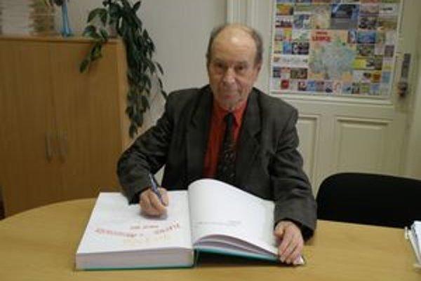 Juraj Precechtel písal kroniku mesta Levice 14 rokov. Na celoslovenskej súťaži za ňu získal čestné uznanie.